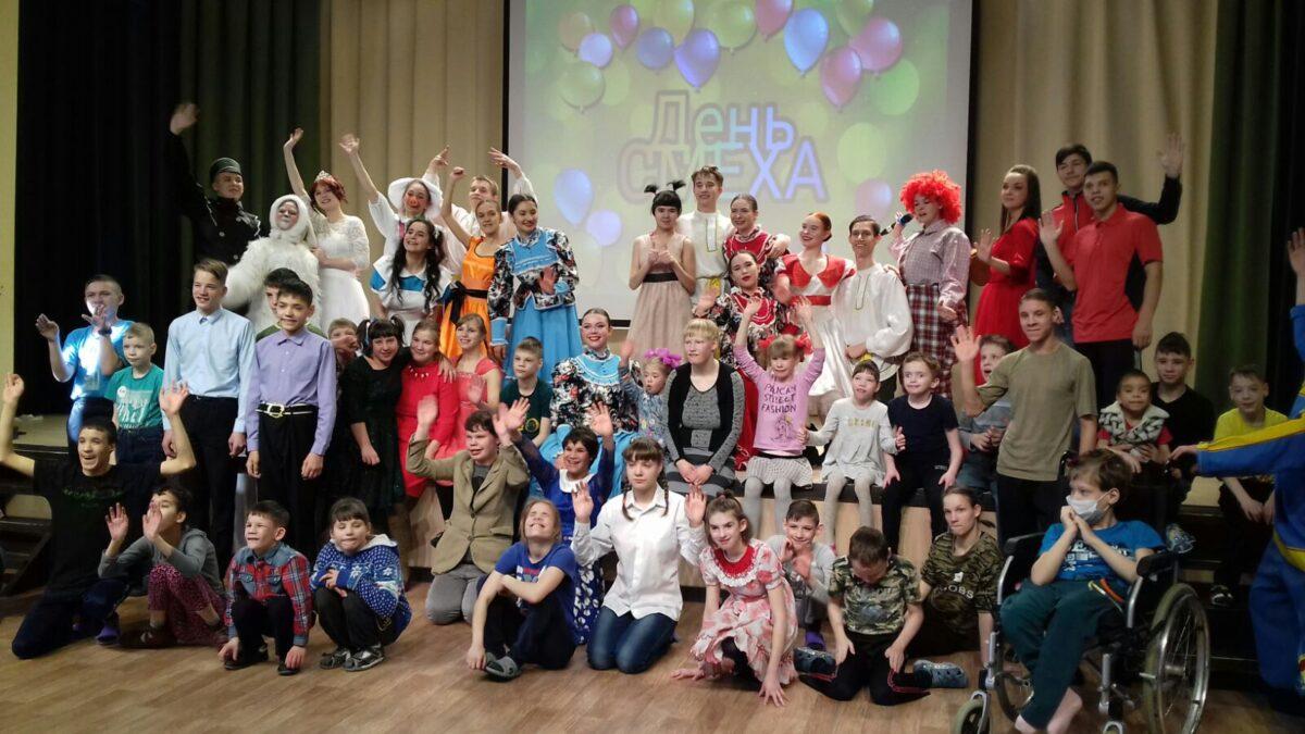 С творческим проектом «Алиса и игрушки» волонтёрское движение ИОКК «Творчество добра» отправились 1 апреля в «Иркутский детский дом-интернат № 2 для умственно отсталых детей»